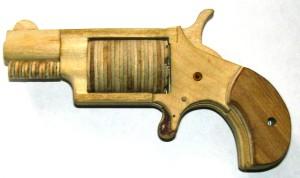 Готовый револьвер из дерева