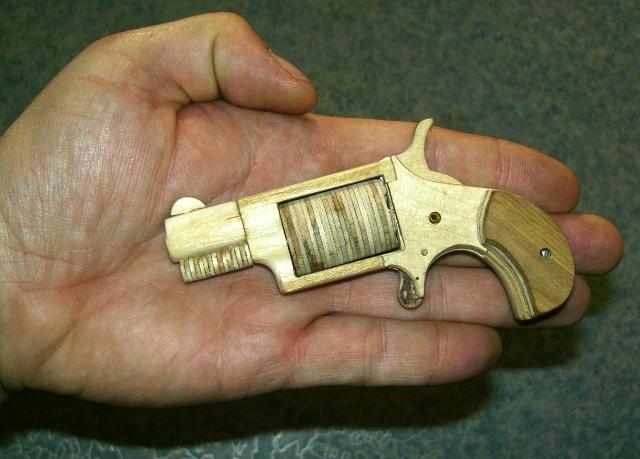 Как сделать из дерево револьвер 33